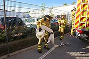 Mannheim. 12.06.17 | Freiwillige Feuerwehr übt <br /> Neckarau. Freiwillige Feuerwehr übt Rettungseinsatz in verwinkelten Gebäuden. Dazu hat das Lager Prime Selfstorage das Gebäude zur Verfügung gestellt. Übung der Freiwilligen Feierwehr <br /> <br /> <br /> BILD- ID 1068 |<br /> Bild: Markus Prosswitz 12JUN17 / masterpress (Bild ist honorarpflichtig - No Model Release!)