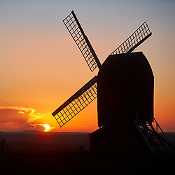 © Licensed to London News Pictures. 31/01/2018. BRILL, UK.  Sunset at Brill windmill in Buckinghamshire taken on the evening of Wednesday 31 January 2018.  Photo credit: Cliff Hide/LNP