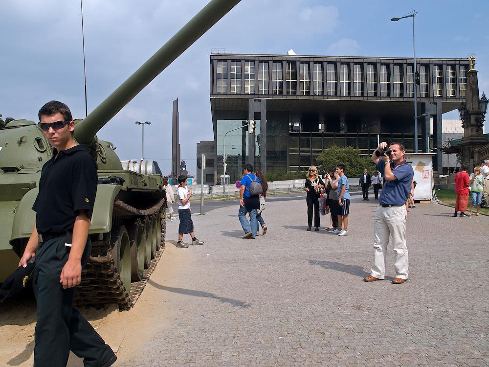 Im Hintergrund das derzeitige Geb&auml;ude von Radio Free Europe am oberen Wenzelsplatz in Prag vor dem Umzug. Der Panzer geh&ouml;rt zur Ausstellung &quot;... und die Panzer kamen&quot; &uuml;ber die August-Invasion 1968 der Truppen des Warschauer Paktes. Im Vordergrund das Palach-Zajic-Denkmal vor dem Nationalmuseum. <br /> <br /> The building of Radio Free Europe at the upper Wenceslas Square in Prague before moving. The tank belongs to an open air exhibition about the soviet invasion 1968. In front the Palach-Zajic monument infont of the Nationalmuseum.