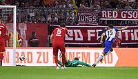 Fussball  1. Bundesliga  Saison 2019/2020  1. Spieltag  FC Bayern Muenchen - Hertha BSC Berlin       16.08.2019 Marko Grujic (re, Hertha)erzielt das Tor zur 1-2 Fuehrung gegen Torwart Manuel Neuer (Mitte,FC Bayern Muenchen)