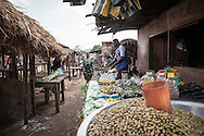 Repubblica Democratica del Congo e Repubblica Centrafricana, 2012<br /> Lavorare in Africa<br /> Banchi di frutta e verdura al mercato del villaggio di Zongo, RDC<br /> <br /> Democratic Republic of Congo and Central African Republic, 2012<br /> Working in Africa<br /> Fruits and vegetables stands at the market in the town of Zongo, DRC