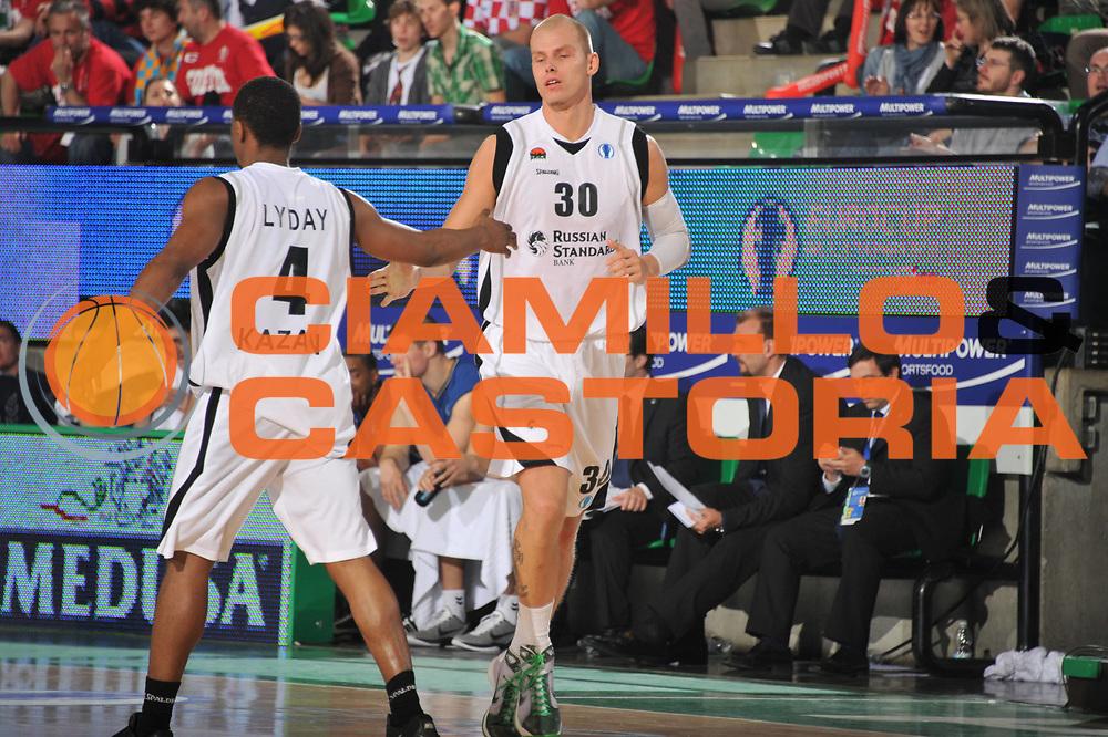 DESCRIZIONE : Treviso Eurocup Finals 2010-11 1st-2nd Place 1-2 Posto Finale Finale Unics Kazan Cajasol Siviglia Sevilla<br /> GIOCATORE : Terrell Lyday Maciej Lampe<br /> SQUADRA : Unics Kazan Cajasol Siviglia Sevilla<br /> EVENTO : Unics Kazan Cajasol Siviglia Sevilla<br /> GARA : Unics Kazan Cajasol Siviglia Sevilla<br /> DATA : 17/04/2011<br /> CATEGORIA : Esultanza<br /> SPORT : Pallacanestro <br /> AUTORE : Agenzia Ciamillo-Castoria/M.Gregolin<br /> GALLERIA: Eurocup 2011 -2011<br /> FOTONOTIZIA: Treviso Eurocup Finals 2010-11 1st-2nd Place 1-2 Posto Finale Finale Unics Kazan Cajasol Siviglia Sevilla<br /> PREDEFINITA: