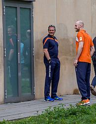 12-05-2017 NED: Onthulling Bankrasmonument bij de Nieuwe Bankrashal, Amstelveen<br /> Voor de interland Nederland - Tsjechië werd bij de Nieuwe Bankrashal het Bankrasmonument onthuld, in bijzijn van veel oud-internationals en oud-bondscoaches. De mannen van Oranje speelden tegen Tsjechje in speciale retroshirts, waarmee werd gerefereerd naar de bijzondere periode van het Bankrasmodel. / Coach Gido Vermeulen, Jasper Diefenbach #6