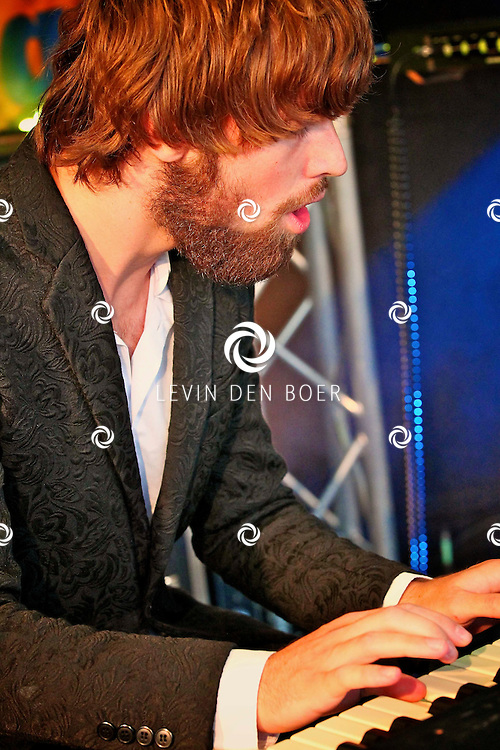 KERKDRIEL - Op het 20 jarig bestaan van Paul Meijering Stainless Steel bedrijfsfeest trad de band DeWolff op. Met op de foto pianist Robin Piso. FOTO LEVIN DEN BOER - PERSFOTO.NU