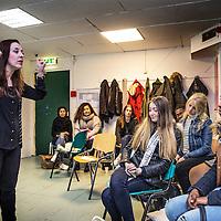 Nederland, Rotterdam, 31 maart 2016.<br /> Leyla Cakir, sociaal werker en voorzitster van Al Nisa.<br /> Op de foto: Leyla geeft cursus aan jongeren in opleiding die eenzame ouderen gezelschap houden.<br /> Al Nisa ('de vrouwen') is een vrijwilligersorganisatie voor moslimvrouwen en kinderen en voor vrouwen met interesse voor de islam.<br /> <br /> Foto: Jean-Pierre Jans