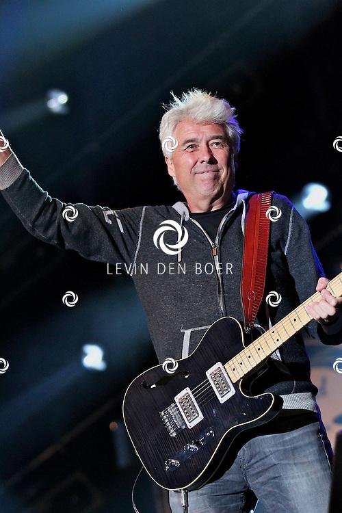 LIESHOUT - Op het festivalterrein van Bavaria Open Air trad de Golden Earing op met op de foto gitarist en zanger George Kooymans. FOTO LEVIN DEN BOER - PERSFOTO.NU