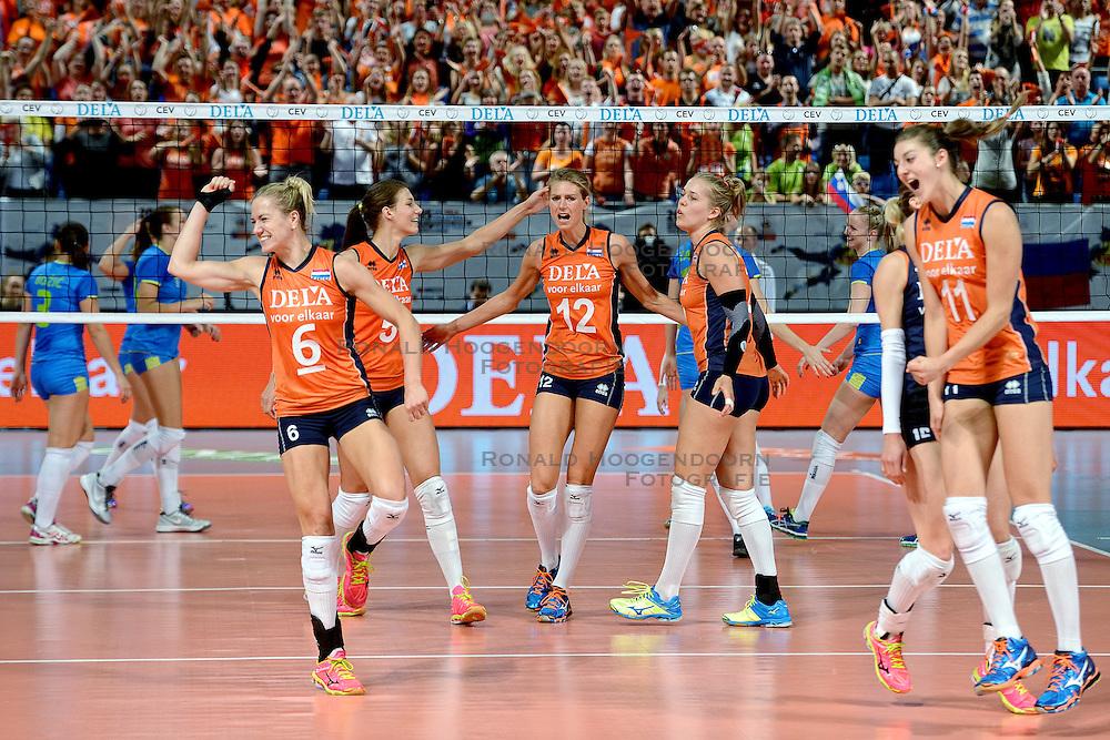 26-09-2015 NED: Volleyball European Championship Nederland - Slovenie, Apeldoorn<br /> Vreugde bij Nederland als zij met 3-0 winnen Maret Balkestein-Grothues #6, Robin de Kruijf #5, Manon Nummerdor-Flier #12, Femke Stoltenborg #2, Anne Buijs #11