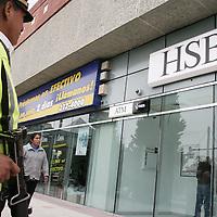 Metepec, Mex.- Policias estatales resguardan el banco situado en la plaza San Juan, debido a una amenaza de bomba. Agencia MVT / Carlos Tischler (DIGITAL)<br /> <br /> NO ARCHIVAR - NO ARCHIVE
