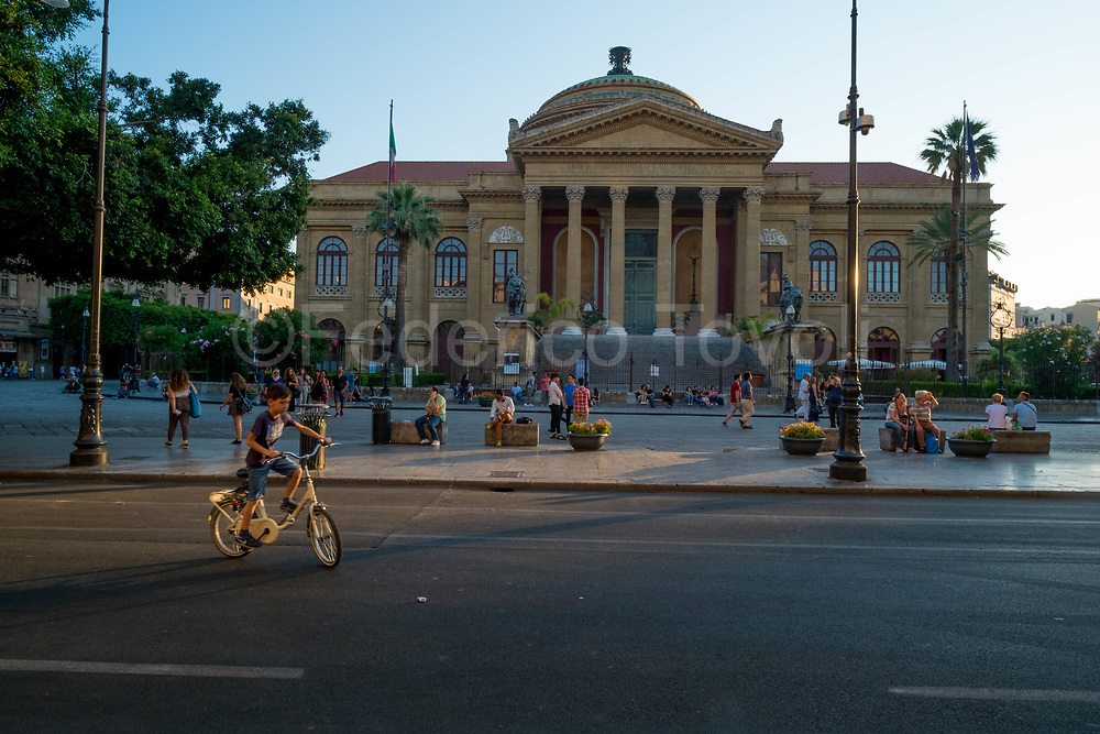 Teatro Massimo, the heart of the historic center, one of the conquests of the new Palermo is the pedestrianization of Via Maqueda, which flows to the Teatro Massimo