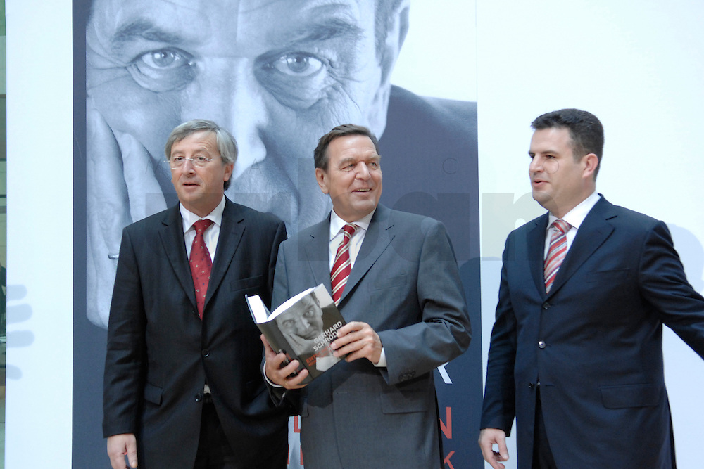 """26 OCT 2006, BERLIN/GERMANY:<br /> Jean-Claude Juncker, Premierminister Luxenburg, Gerhard Schroeder, SPD, Bundeskanzler a.D., Hubertus Heil, SPD Generalsekretaer, (v.L.n.R.), zu Beginn einer Pressekonferenz zur Vorstellung seines Buches """"Entscheidungen. Mein Leben in der Politik"""", Willy-Brandt-Haus<br /> IMAGE: 20061026-01-008<br /> KEYWORDS: Gerhard Schröder, Autobiografie, Biografie, Buch"""