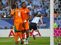 1:0 Tor, v.l. Kolo Toure , Didier Drogba enttaeuscht, Torschuetze Hernan Crespo Jubel<br /> Argentina - Elfenbenskysten<br /> Norway only