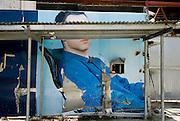 Fotografia de una hombre en la valla de  fachada de una construcción de un edificio en la ciudad de Panama .Foto: Ramon Lepage / Istmophoto.