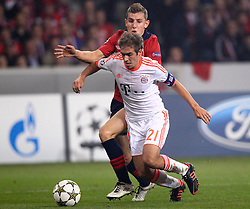 23.10.2012, Grand Stade Lille Metropole, Lille, OSC Lille vs FC Bayern Muenchen, im Bild Lucas DIGNE (OSC Lille - 03) haellt Philipp LAHM (FC Bayern Muenchen - 21) und bringt ihn zu Fall - Elfmeterszene // during UEFA Championsleague Match between Lille OSC and FC Bayern Munich at the Grand Stade Lille Metropole, Lille, France on 2012/10/23. EXPA Pictures © 2012, PhotoCredit: EXPA/ Eibner/ Ben Majerus..***** ATTENTION - OUT OF GER *****