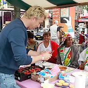 NLD/Amsterdam/20130701 - Keti Koti Ontbijt 2013 op het Leidse Plein, Waldemar Torenstra kookt voor de surinaamse dames