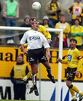 Fotball, 21. april 2002. Tippeligaen, Sogndal v  Start. Fosshaugane. Håvard Flo, Sogndal, i duell med Preben Gundersen, Start.