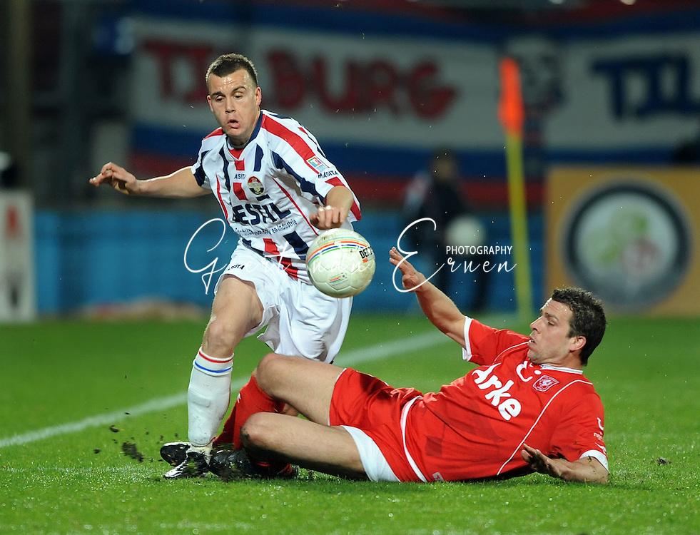 14-03-2009 Voetbal:Willem II:FC Twente:Tilburg<br /> Peter Wisgerhof met een sliding op Ronnie Reniers<br /> Foto: Geert van Erven
