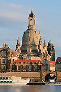 Blick über die Elbe auf barocke Altstadt und Frauenkirche, Dresden, Sachsen, Deutschland.|.Dresden, Germany, View on river Elbe and historic city of Dresden and Church of Our Lady