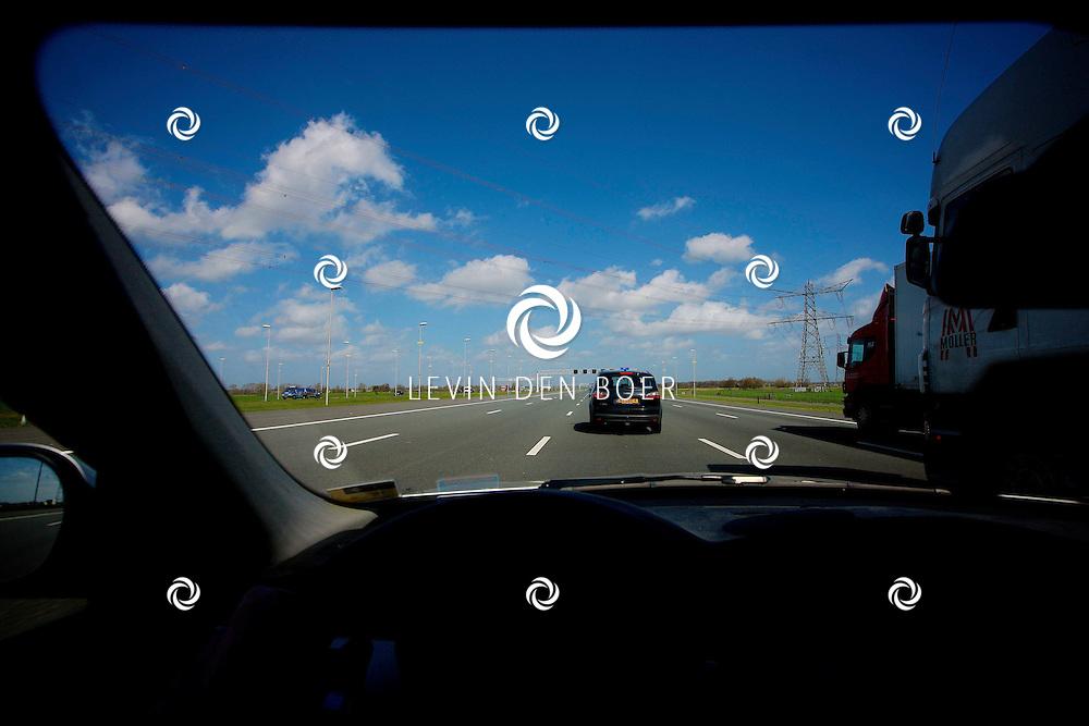 NEDERLAND - Autorijden op de snelweg in Nederland. Hier op de A2 waar je maar 100km per uur mag rijden. FOTO LEVIN DEN BOER - PERSFOTO.NU