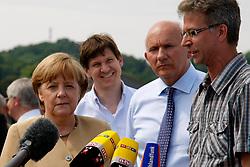 Bundeskanzlerin Angela Merkel besucht Hitzacker während des Elbhochwassers 2013 in Lüchow-Dannenberg. <br /> <br /> Ort: Hitzacker<br /> Copyright: Karin Behr<br /> Quelle: PubliXviewinG