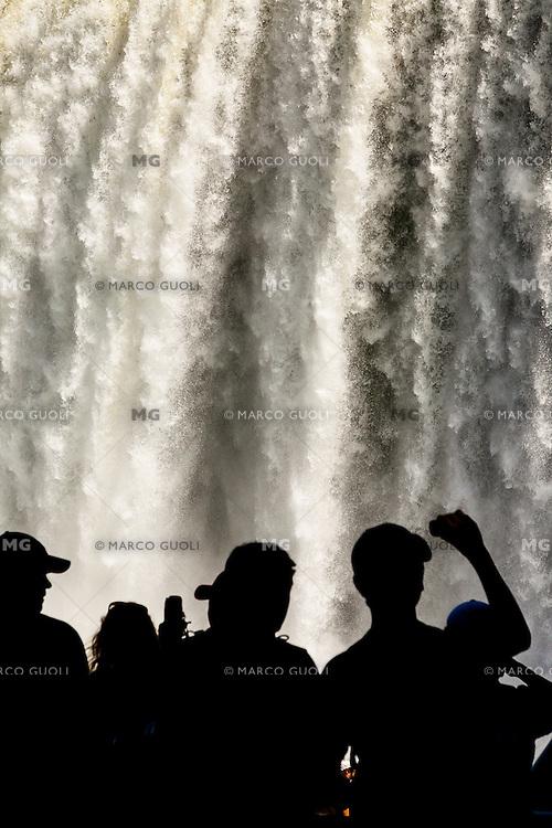CATARATAS DEL IGUAZU, SILUETAS DE  TURISTAS EN SALTO BOSETTI, PARQUE NACIONAL IGUAZU, PROVINCIA DE MISIONES, ARGENTINA (© MARCO GUOLI - ALL RIGHTS RESERVED)
