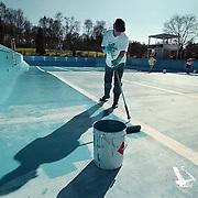 Voorbereidingen nieuw zwemseizoen zwembad de Sijsjesberg Huizen, schilderen vloer