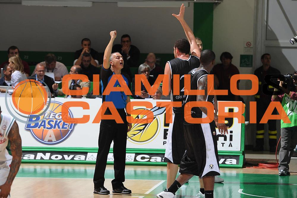 DESCRIZIONE : Siena Lega A 2010-11 Montepaschi Siena Canadian Solar Bologna<br /> GIOCATORE : Valerio amoroso<br /> SQUADRA : Montepaschi Siena canadian Solar Bologna<br /> EVENTO : Campionato Lega A 2010-2011 <br /> GARA : Montepaschi Siena Canadian Solar Bologna<br /> DATA : 10/10/2010<br /> CATEGORIA : Fallo<br /> SPORT : Pallacanestro <br /> AUTORE : Agenzia Ciamillo-Castoria/GiulioCiamillo<br /> Galleria : Lega Basket A 2010-2011 <br /> Fotonotizia : Siena Lega A 2010-11 Montepaschi Siena Canadian Solar Bologna<br /> Predefinita :