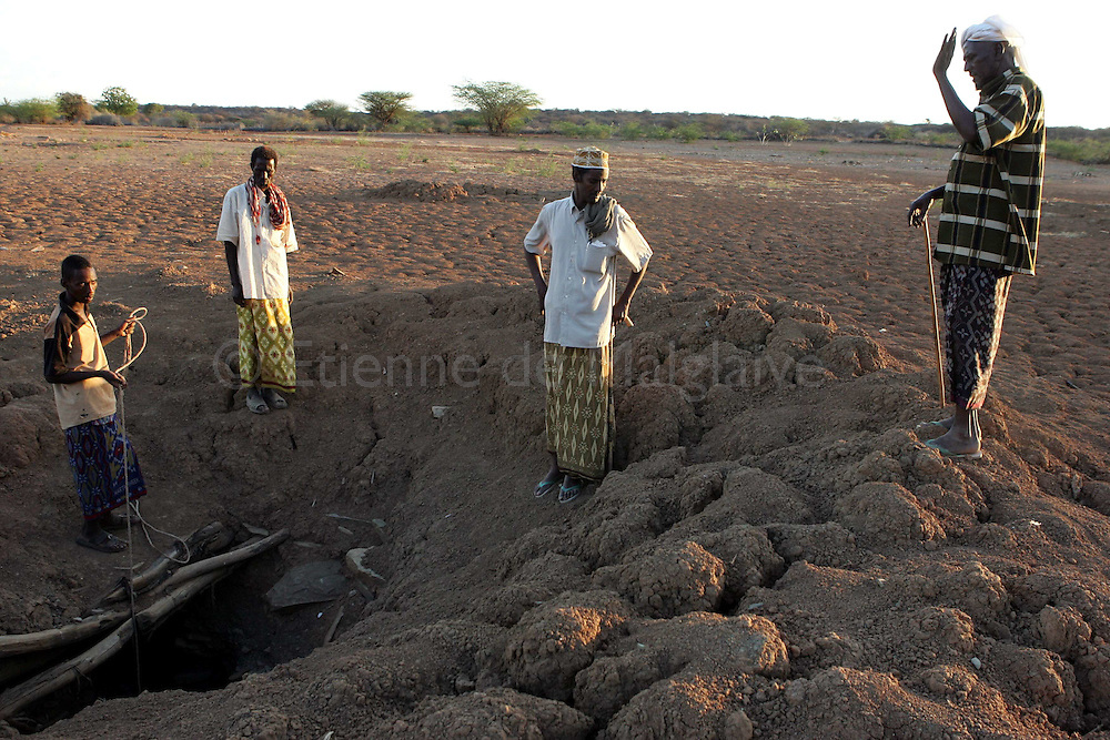 In Ashabito, NE Kenya, elders of the village at a hand dug well where they pulled some water for a while after the rain catchment pond has totally dried up. The well is no more giving any water.  Kenya 25 March 2006..© Etienne de Malglaive / GAMMA