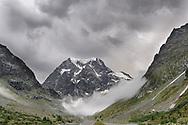 Der Mont Collon und wolkenverhangene Bergflanken im Val d'Hérens bei Arolla