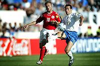 Fotball<br /> Euro 2004<br /> Portugal<br /> 14. juni 2004<br /> Foto: Pro Shots/Digitalsport<br /> NORWAY ONLY<br /> Italia v Danmark<br /> Dennis Rommedahl, Danmark, og Gianluca Zambrotta, Italia