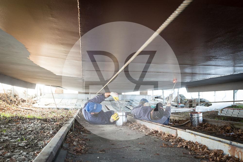 SCHWEIZ - MEISTERSCHWANDEN - Das Flaggschiff MS Brestenberg wurde über den Winter aus dem Wasser genommen und Renoviert. Hier wird der Unterboden gekupfert - 10. März 2015 © Raphael Hünerfauth - http://huenerfauth.ch