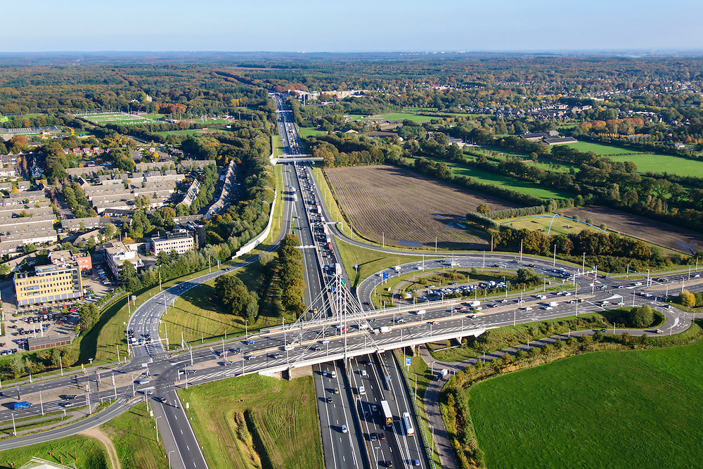 Nederland, Gelderland, Ede, 24-10-2013. Autosnelweg A12, afslag Ede, begin van de Veluwe op de achtergrond. Carpoolplaats midden.<br /> Motorway A12 near Ede, central Netherlands. <br /> luchtfoto (toeslag op standaard tarieven);<br /> aerial photo (additional fee required);<br /> copyright foto/photo Siebe Swart.