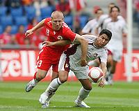 Fussball International Laenderspiel Schweiz - Venezuela Stephane Grichting (SUI,li) gegen Jose Torrealba (VEN,re)