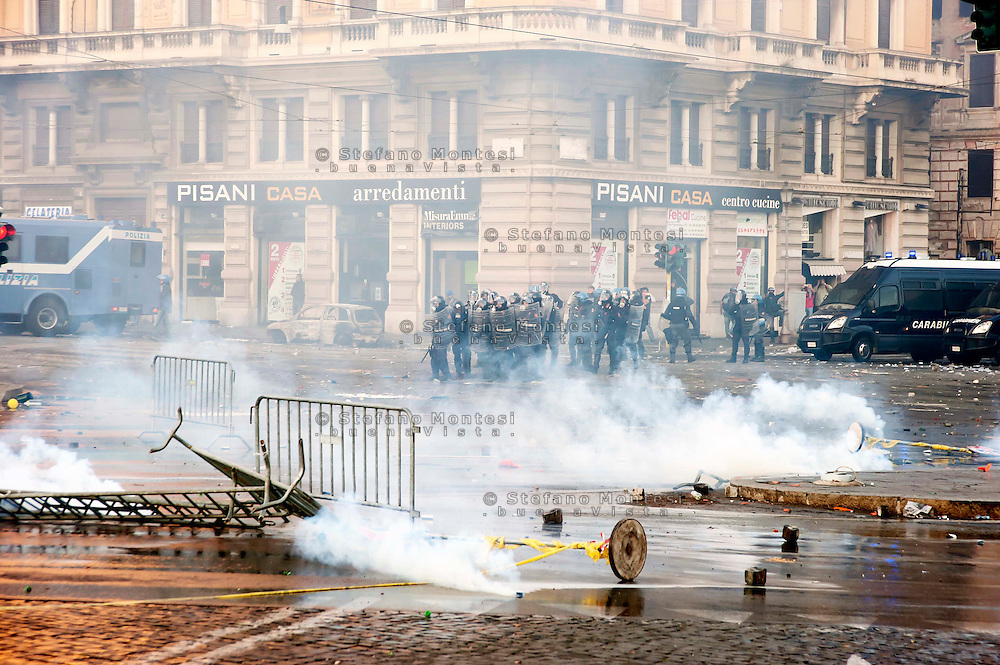 Roma  15 Ottobre 2011.Manifestazione contro la crisi e l'austerità.Scontri tra manifestanti e forze dell'ordine.Le forze dell'ordine in Piazza  San Giovanni tra le barricate e il fumo dei lacrimogeni.