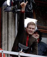 FUSSBALL TRIPELPARTY  SAISON  2012/2013  02.06.2013 Champions Party des FC Bayern Muenchen nach dem Gewinn des DFB Pokal und Triple.  Der verletzte Holger Badstuber gruesst vom Balkon
