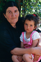 Arménie, région de Kotaik, Garni, portrait d'une femme et de sa fille. // Armenia, Kotaik province, Garni, armenian woman and daughter.