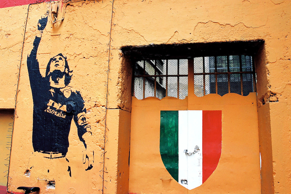 ITALY - SOCCER - FOOTBALL; Rome, Graffiti; ITALIEN - Fussball; AS ROMA - Francesco Totti _ Bemalter Hauseingang in der Via dei Serpenti im Zentrums von Rom; 01.02.2002.copyright > Christian Jungeblodt
