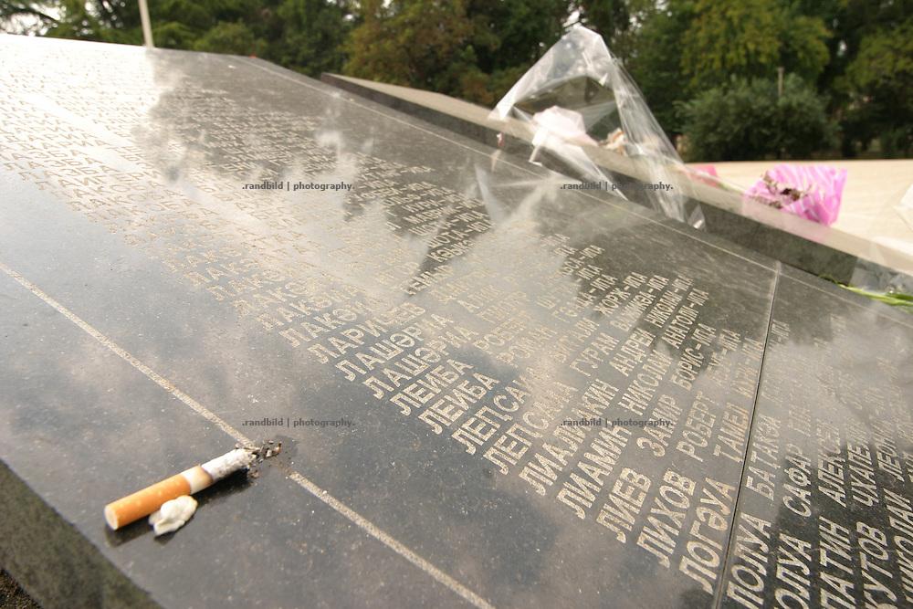 Georgien/Abchasien, Suchumi, 2006-09-02, Ein Ehrenmal für die gefallenen abchasischen Soldaten während des Krieges 1992-1993 im Zentrum Suchumis. Die Zigarette ist symbolisch für die Toten im Jenseits. Abchasien erklärte sich 1992 unabhängig von Georgien. Nach einem einjährigen blutigen Krieg zwischen den Abchasen und Georgiern besteht seit 1994 ein brüchiger Waffenstillstand, der von einer UNO-Beobachtermission unter personeller Beteiligung Deutschlands überwacht wird. Trotzdem gibt es, vor allem im Kodorital immer wieder bewaffnete Auseinandersetzungen zwischen den Armee der Länder sowie irregulären Kämpfern. (A monument for the fallen abkhazian soldiers during the civil war in Sokhum. The Cigarette is a sybolic gift for the dead. Abkhazia declared itself independent from Georgia in 1992. After a bloody civil war a UNO mission observing the ceasefire line between Georgia and Abkhazia since 1994. Nevertheless nearly every day armed incidents take place in the Kodori gorge between the both armys and unregular fighters )
