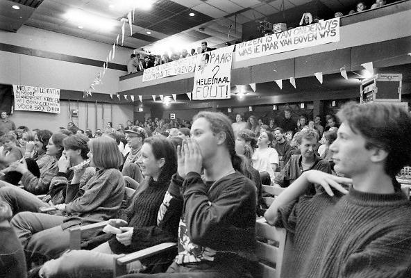 Nederland, Nijmegen, 10-9-1994Demonstratie van studenten tegen de wet op de studiefinanciering en hervormingen in het wetenschappelijk onderwijs door minister Deetman. Die kreeg te maken met grote demonstraties van studenten na de verhoging van de collegegelden en het verkorten van de studieduur. Ook het bestuursgebouw en het erasmusgebouw van de KUN, RU, katholieke universiteit, radboud, werden regelmatig bezet zoals op deze foto waar een ontruiming van dat gebouw plaats heeft..Foto: Flip Franssen