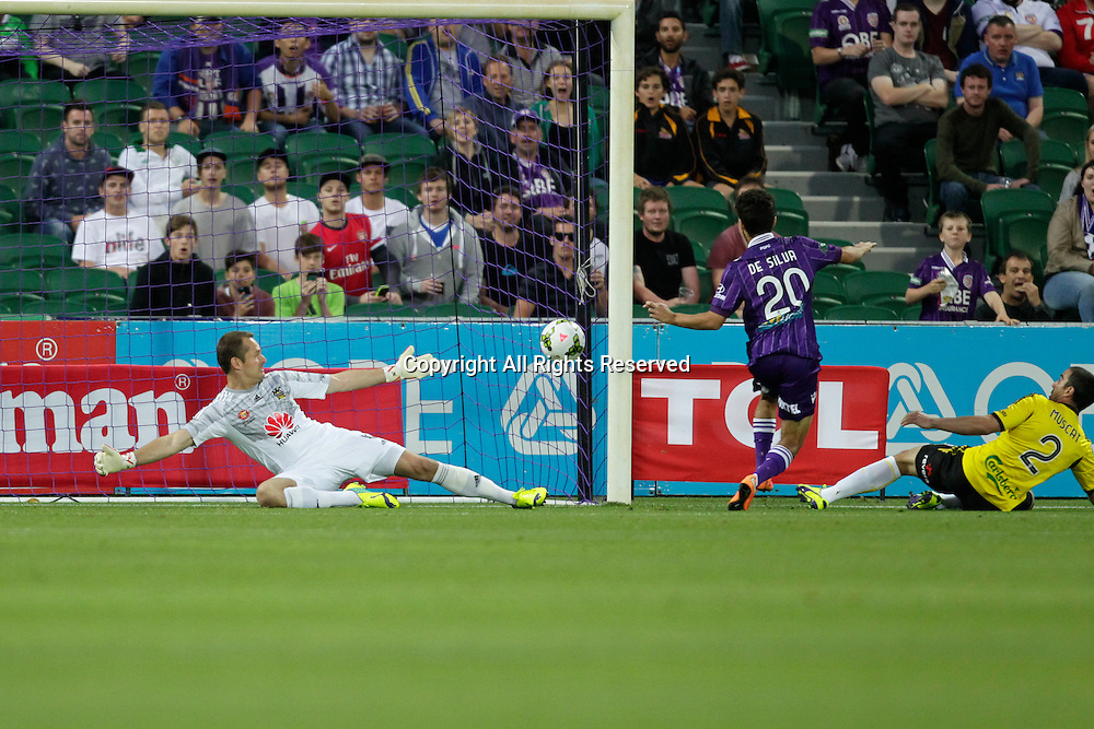 21.11.2014 Perth, Australia. Hyundai A League round 7, Perth Glory versus Wellington Phoenix. Daniel De Silva scores a goal for Glory in the opening minutes of their game against the Wellington Phoenix.