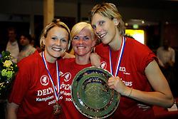 26-04-2008 VOLLEYBAL: DELA MARTINUS - AMVJ: AMSTELVEEN<br /> Martinus landskampioen 2007-2008 / Riette Fledderus, Joukje Versluys en Ingrid Visser<br /> &copy;2008-WWW.FOTOHOOGENDOORN.NL