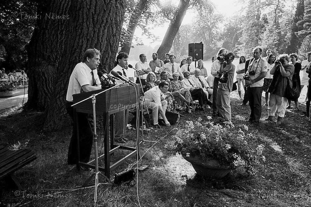 CSFR,Lany,1992 - Prezident Vaclav Havel na tiskove konferenci, kde seznamuje novinare s duvody sve abdikace