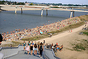 Nederland, nijmegen, 15-9-2016Mensen trekken massaal naar de oevers van de waal en de nieuwe spiegelwaal in het rivierpark aan de overkant van Nijmegen . Het nieuwe recreatiegebied beleeft haar eerste zomer en blijkt een aanwinst voor de stad en omgeving. Springen vanaf een hoge brugpijler in het water .Foto: Flip Franssen