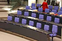 26 SEP 2003, BERLIN/GERMANY:<br /> Regierungabank, leer, vor Beginn der Sitzung, Plenum, Deutscher Bundestag<br /> IMAGE: 20030926-01-006<br /> KEYWORDS: unbesetzt, Fahne