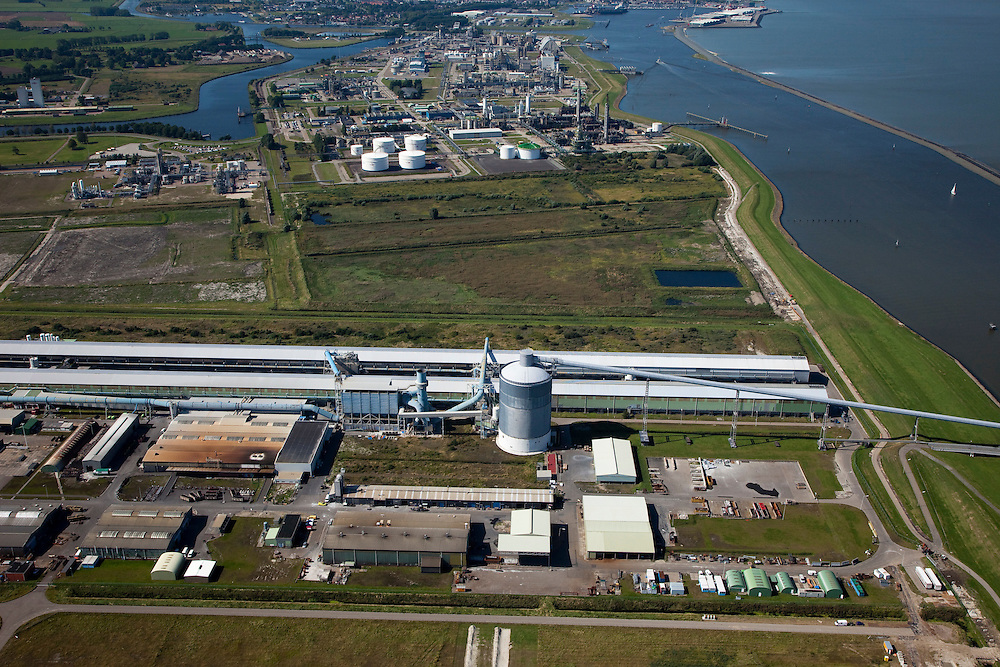 Nederland, Groningen, Delfzijl, 08-09-2009; Industrieterrein Eemsmondgebied met aluminiumsmelter ALDEL (aluminium Delfzijl) in de voorgrond en het Chemie park op het tweede plan..Industrial Estate of the Eemsmond area with aluminum smelter Aldel (aluminum Delfzijl) (foreground), on the second plan the Chemical Park..luchtfoto (toeslag); aerial photo (additional fee required); .foto/photo Siebe Swart