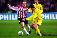 Fotball. UEFA-cup 2001/2002. PSV mot Leeds. 21.02.2002. Dennis Rommedahl fra PSV i duell med Olivier Dacourt fra Leeds.<br />Foto: Jasper Ruhe, Digitalsport