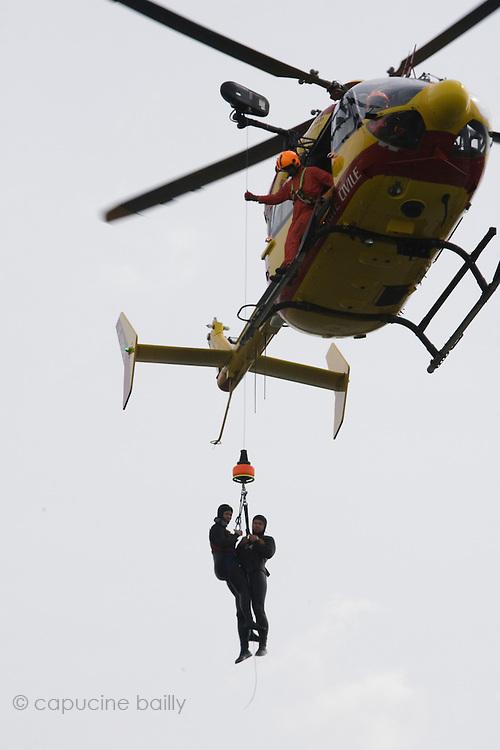 Paris, France. 4 Mai 2009..Brigade Fluviale de Paris..15h27 Entrainement d'helitreuillage..Paris, France. May 4th 2009..Paris fluvial squad..3:27 pm Winching up into a helicopter training..