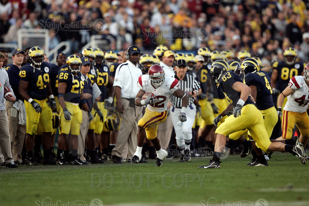 1 January 2007: Desmond Reed rushes the ball on the Michigan sidelines at the 93rd Rose Bowl Game at the Rose Bowl Stadium for the Pac-10 USC Trojans vs the Big-10 Michigan Wolverines NCAA college football game in Southern California.  Trojans defeated the Wolverines 32-18 in regulation.<br />