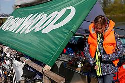 Eine Crew von ROBIN WOOD ist mit ihrem selbst gebauten Holzfloß ROBINA WALD von Dömitz nach Hamburg gefahren. Ziel war es, Menschen für eine demokratisch kontrollierte Energieversorgung ohne Kohle und Atom zu gewinnen. Unterwegs mobilisierten die ROBIN WOOD-AktivistInnen insbesondere für die symbolische Elbblockade der Kampagne gegenstrom13, die am 10. Mai 2013 im Hamburger Hafen stattfand. Sie richtete sich gegen das Klimakiller-Kohlekraftwerk von Vattenfall in Hamburg-Moorburg sowie Import-Kohle aus Kolumbien.