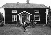 Barn leker på gårdsplan i Almunge.