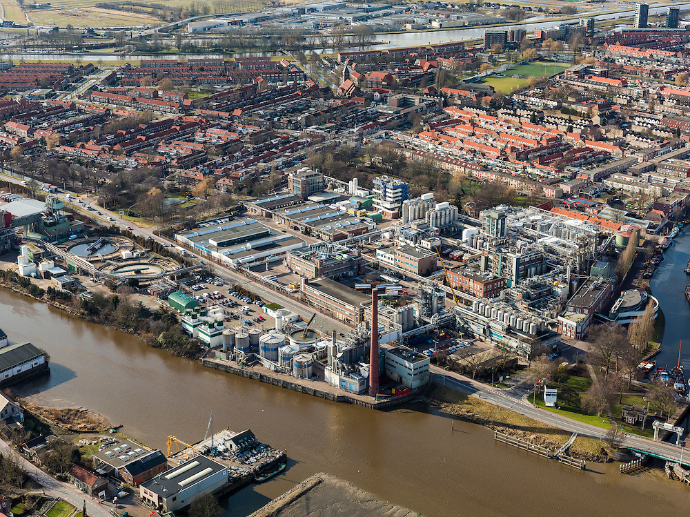 Nederland, Zuid-Holland, Gouda, 20-02-2012; Schielandse Hoge Zeedijk met voormalige Goudse Stearine Kaarsenfabriek (nu onderdeel van Croda International Plc.). Hollandsche IJssel onder in beeld, Gouwe (rechts)..The old town of  Gouda, with church and  mill. Gouda is famous for its cheese, candles, pipes and caramel waffles. Former candle factory next to the river Hollandse IJssel..luchtfoto (toeslag), aerial photo (additional fee required) .copyright foto/photo Siebe Swart